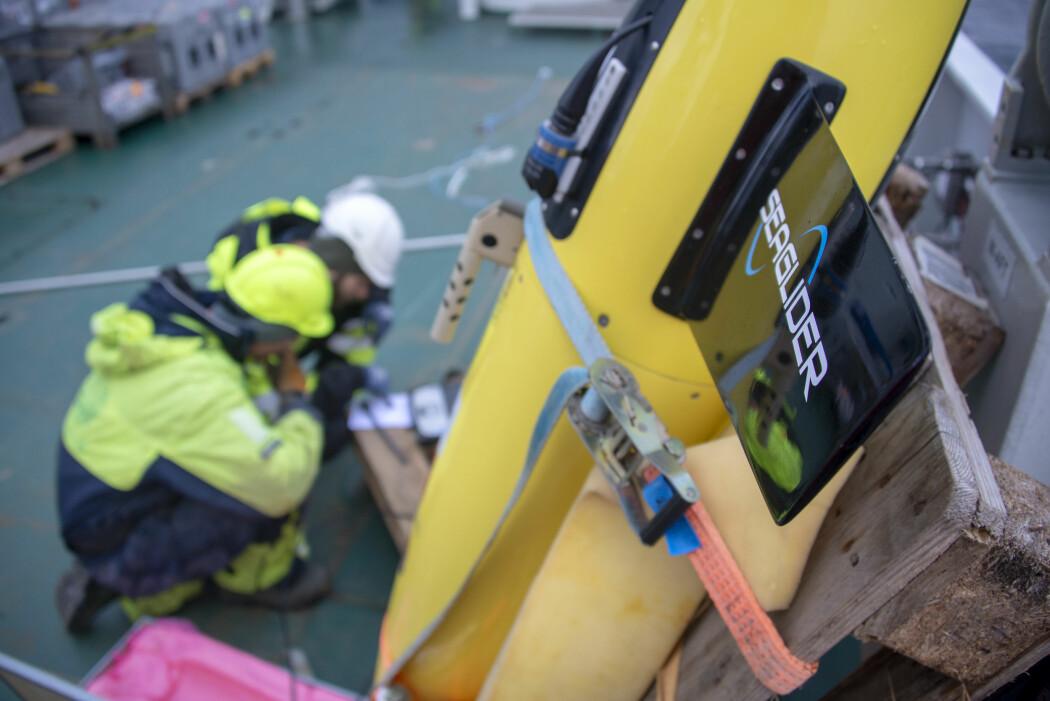 Autonome undervannsroboter, som glider, hjelper forskerne med å kartlegge hvor mye varmt atlanterhavsvann som kommer inn i Polhavet. Før gliderne settes ut i havet kreves det mye skruing og programmering. [Foto: Rudi J. M. Caeyers, UiT / The Nansen Legacy]