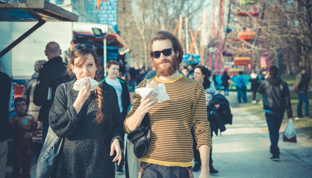 Vi bør heller gå en tur etter at vi har spist enn mens vi spiser.  (Foto: Shutterstock / Scanpix)