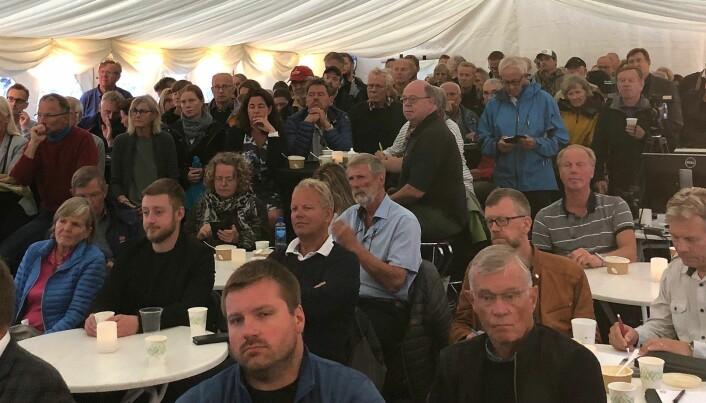 Tettpakket av folk da forskere sist torsdag presenterte vindkraftforskningen sin under Arendalsuka. (Foto: Bård Amundsen/forskning.no)