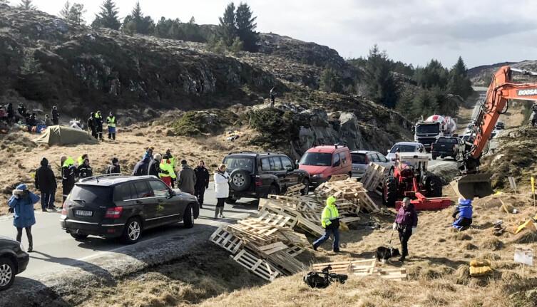 I Danmark og Tyskland bygges vindkraften stort sett i kulturlandskapet. I Norge bygges den oftere i urørt natur. Det gjør vindkraft mer kontroversielt i Norge, mener forskerne. Her fra en demonstrasjonen mot en ny vindmøllepark på Frøya. (Foto: Ronny Teigås / NTB scanpix)