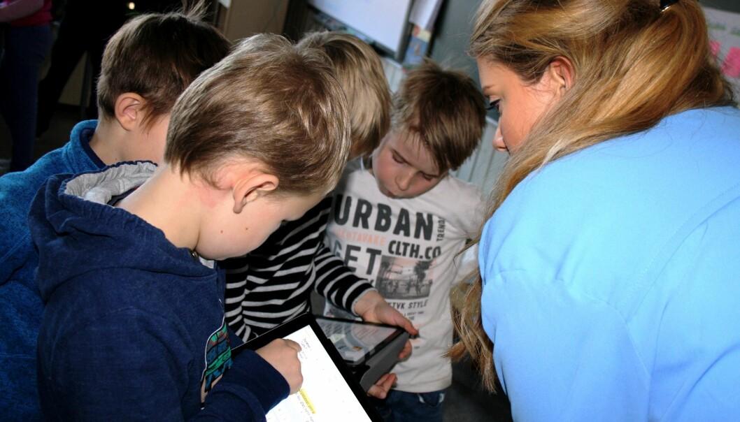 Nye digitale verktøy endrer skoleundervisningen og gjør at læreren må innta en ny rolle med annen type veiledning. Bildet er fra en norsktime ved Åskollen skole i Drammen.  (Foto: Hege Breen Bakken)