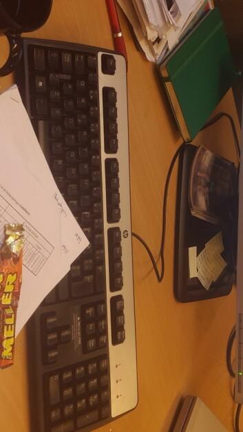 Det man trenger for å skrive en artikkel: Datamaskin, andres artikler, egen notatbok, kaffe og sjokolade. Også hjernen da. Foto: LLD