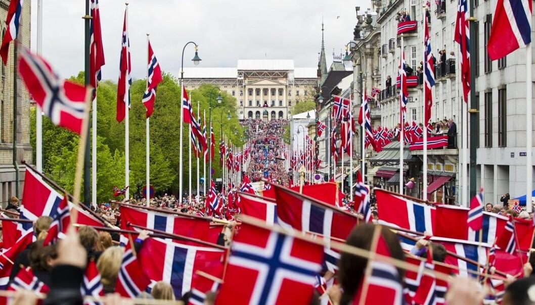 17. mai-feiring på Karl Johan i fjor. Norges lengste barnetog går opp mot slottet. Fra slottsbalkongen vinker kongefamilien. Bør vi avskaffe hele feiringen?  (Foto: Vegard Grøtt / NTB scanpix)