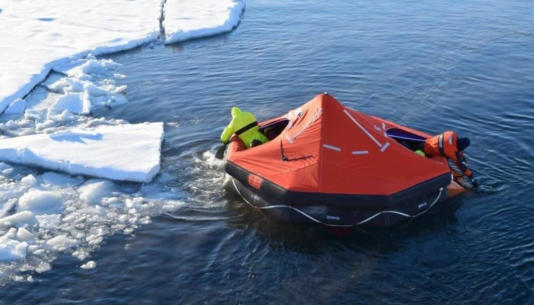 Padling med flåte i Arktis er krevande. (Foto: Lars Gunnar Dahle, UiS)