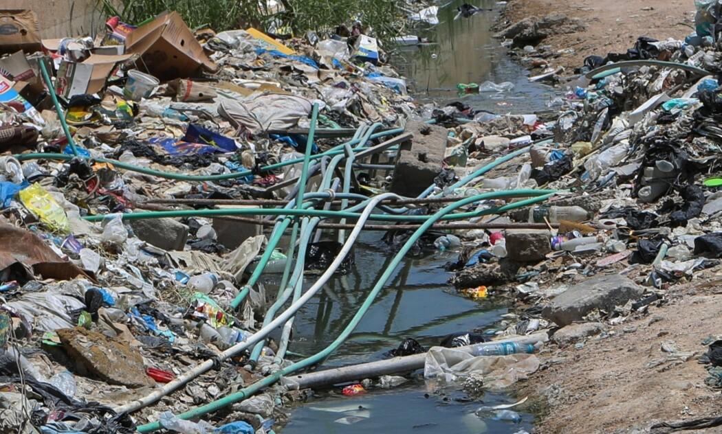 Forurenset vann i sentrum av byen Basra i Irak. Den sørlige regionen i Irak sliter med for lite og forurenset vann. (Foto: Nabil al-Jurani / AP / NTB scanpix)