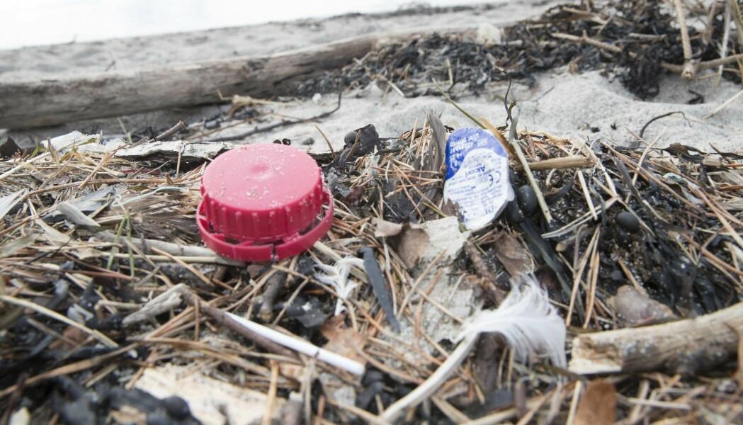 Plast avbildet på en strand langs norskekysten. (Foto: Terje Pedersen, NTB scanpix)