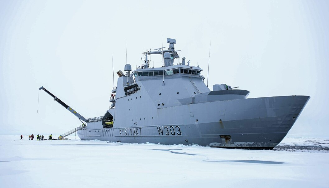 Her har besetningen på skipet KV Svalbard kommet seg helt til Nordpolen. - Jeg er stolt og rørt over det vi har oppnådd, sa skipssjef Geir-Martin Leinebø da målet var nådd. (Foto: Kystvakten).