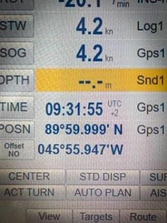 Her er det rett før. I går klokken 09:32 nådde KV Svalbard 90 grader nord. (Foto: Kystvakten).