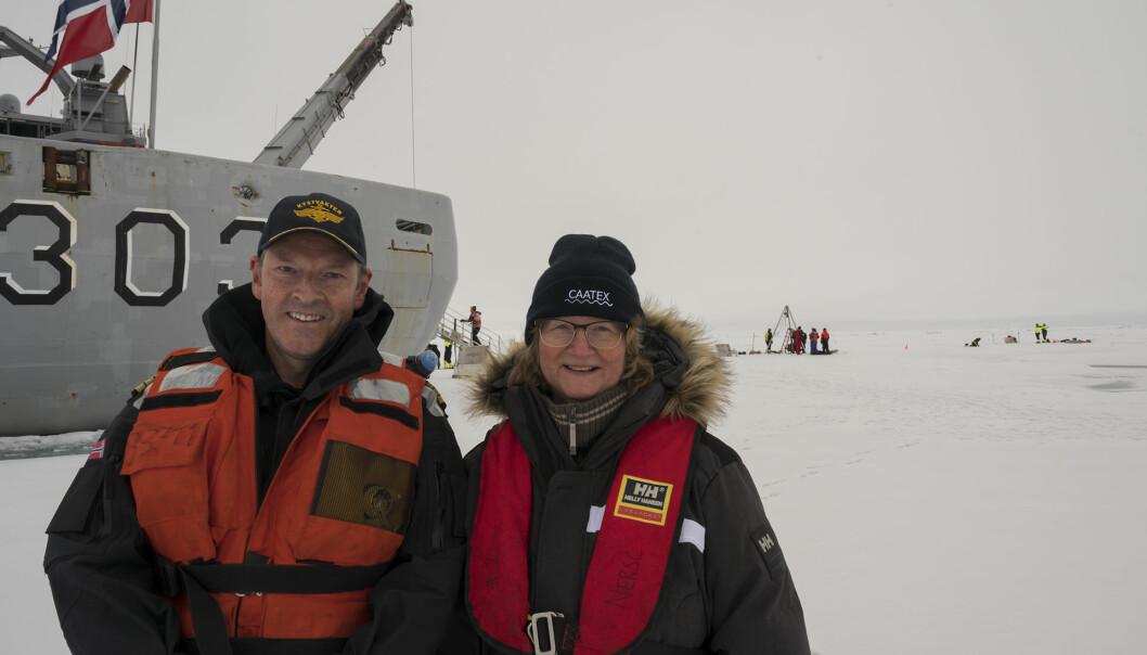 Geir-Martin Leinebø og toktsleder Hanne Sagen på Nordpolen. Det er hvitt og grått til alle kanter, ofte lave skyer og tåke. Midnattssola sørger for lys hele døgnet. (Foto: Kystvakten)