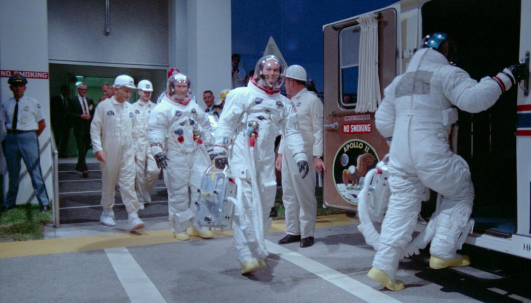 Dokumentaren gir et helt nytt bilde av timene før oppskytning. Her er de tre astronautene på vei til oppskytningen. (Foto: Copyright © 2019 Moon Collectors LLC)