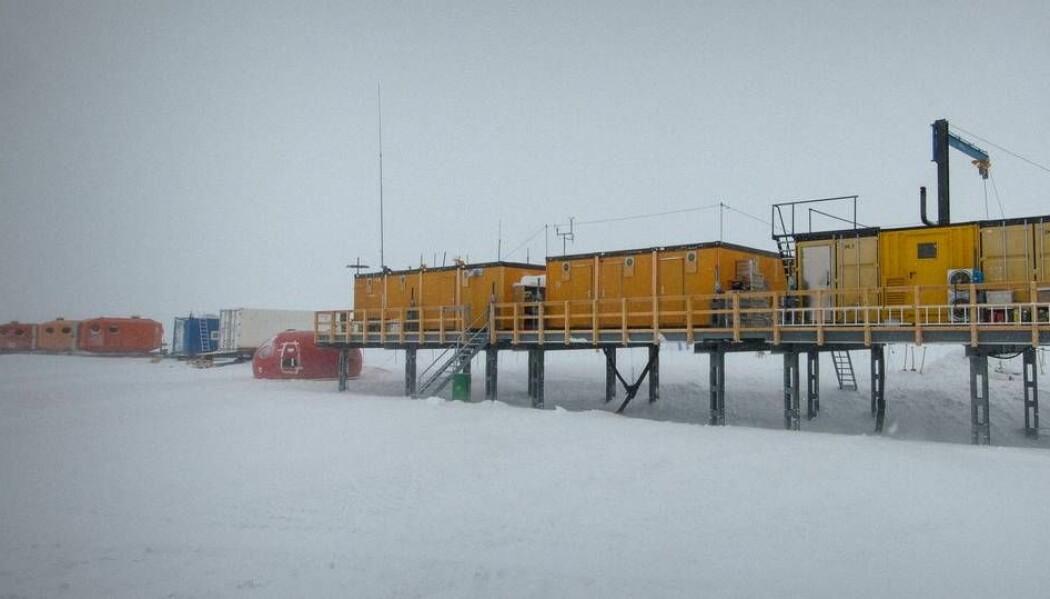 I snøen utenfor denne forskningsstasjonen i Antarktis fant forskerne jernisotoper som trolig stammer fra en supernova. (Foto: Martin Leonhardt / Alfred-Wegener-Institut (AWI))
