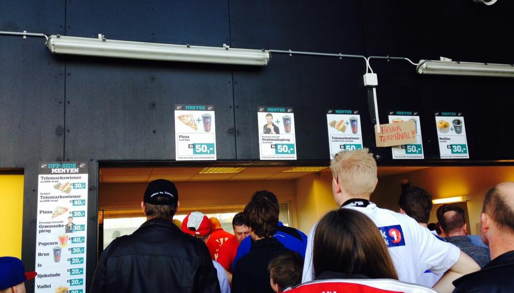 Fotballklubben Odd tilbyr fansen en sunnere vegetarrett som alternativ til pølser. Men et forsøk med å gi retten navn etter en lokal fotballhelt, ga ikke økt salg (plakaten øverst, midt på bildet). Lavere pris gjorde derimot susen, viser forskning.  (Foto: Telemarksforskning)