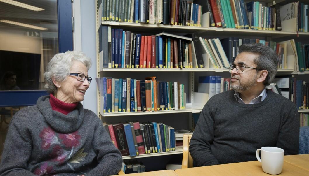 Professor Chaudry forteller Sissel Falck-Jørgensen at en av de faktorene knyttet til demensforståelse han har vært mest opptatt av, er delirium. (Foto: Anne Elisabeth Næss)
