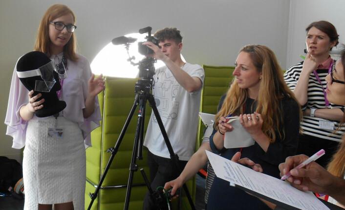 Her presenters rommoten som studenter ved designskolen ESMOD i Berlin har laget i prosjektet Couture In Orbit. (Foto: ESA)