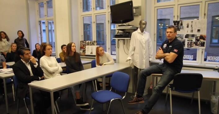Andreas Mogensen, ESAs danske astronaut, på besøk hos motestudenter i København for å inspirere deres nye kolleksjon som lages i samarbeid med ESA i prosjektet Couture In Orbit. (Foto: ESA)