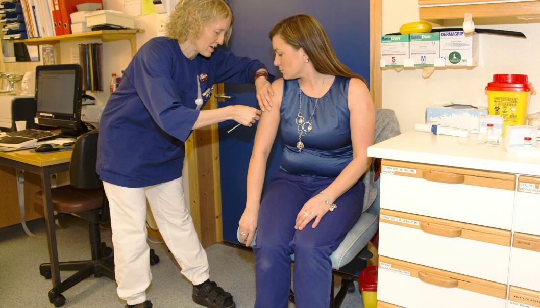 Det har blitt en del sprøytestikk. Og flere skal det bli. Siden denne allergivaksineringen kan ta opptil fem år. Artikkelforfatteren blir vaksinert av sykepleier Merethe Erga.  (Foto: UiT)