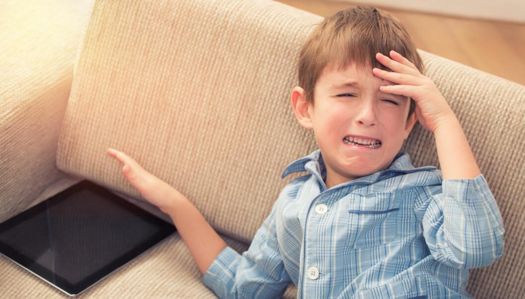 Små barn slår seg oftere vrange om de får en advarsel to minutter før de må legge vekk skjermen. Kanskje fordi foreldrene tyr til advarsler når de regner med bråk, foreslår forskerne. Som regel er nemlig barna fornøyde med å avslutte. (Foto: Olimpik/Shutterstock/NTB scanpix)