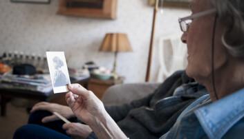 Det å se på bilder sammen med andre kan hjelpe deprimerte, demente eldre like godt som trening. Men det er ikke sikkert at det verken er de sosiale eller fysiske aktivitetene som gjør dem friskere. (Foto: Christoffer Relander/Maskot)