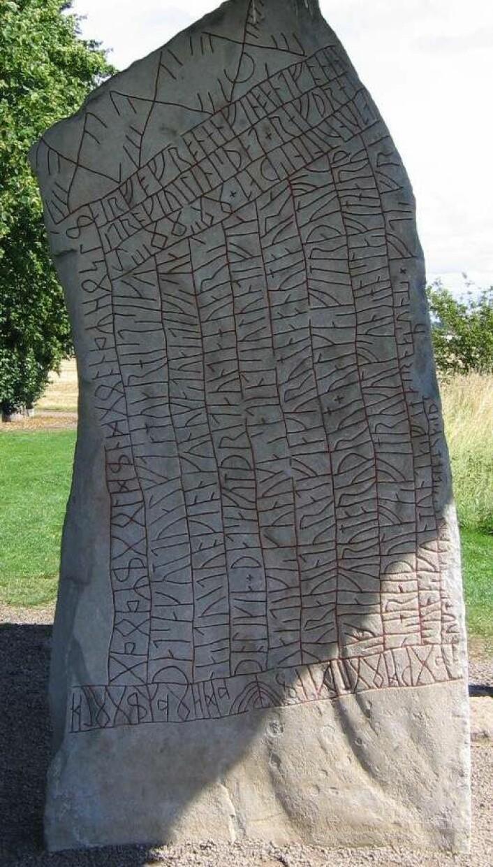 Röksteinens andre side. Det er også runer på toppen og på kortsidene av steinen. (Foto: Wiglaf/CC BY-SA 3.0)
