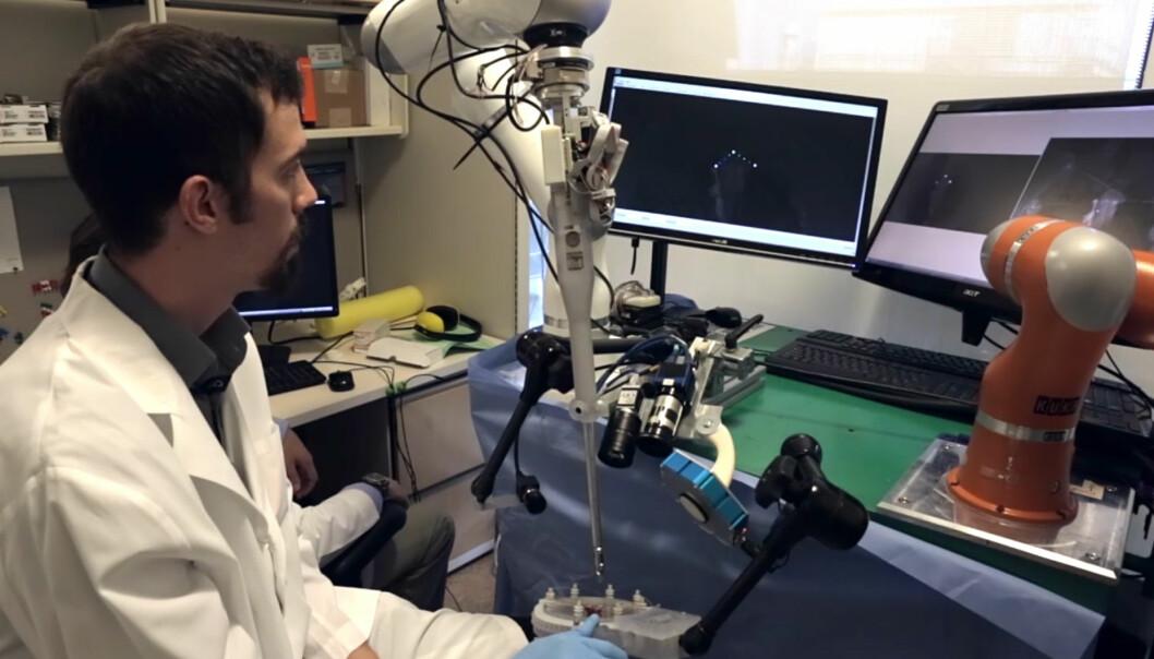 Den selvstyrte kirurgroboten Smart Tissue Autonomous Robot (STAR) kan utføre operasjoner på mykt vev. Her arbeider den på tarmene til en gris. Forskerne  (Foto: Fra video av Carla Schaffer / AAAS)