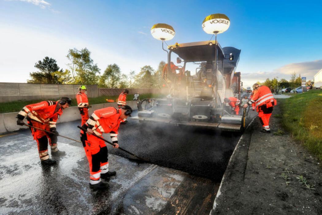 Statens vegvesen vil halvere CO2-utslipp til drift og vedlikehold innen 2030. CO2-utslipp vil derfor være avgjørende for hvilken entreprenør som skal vinne anbud om asfaltkontraktene. (Illustrasjonsfoto av E6 Omkjøringsvegen i Trondheim: Knut Opeide).