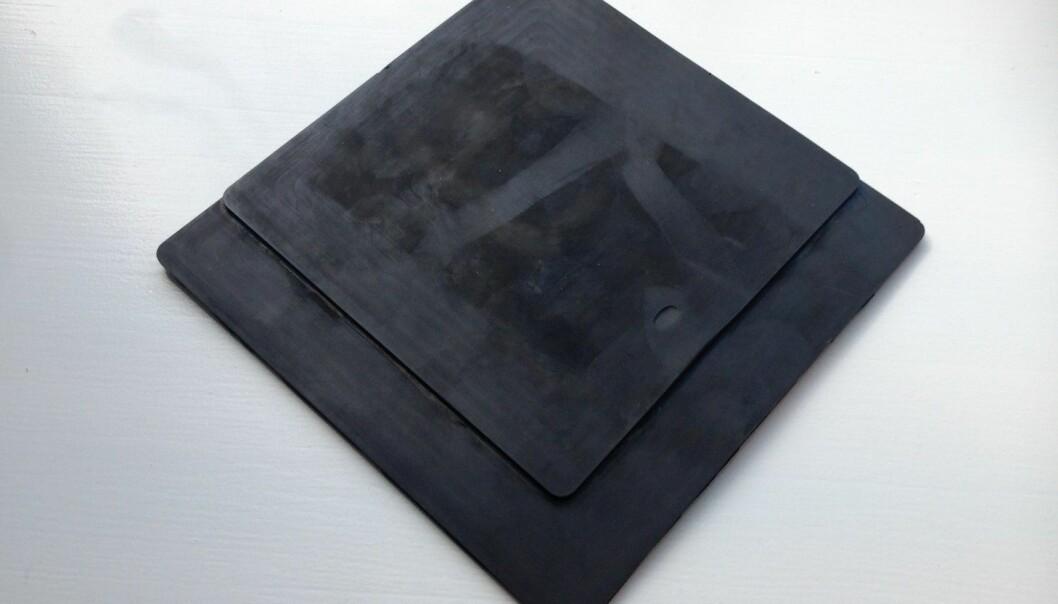 Den svarte gummimatta er kanskje ikke mye å se på, men representerer ifølge professor Wang helt ny tenkning når det gjelder fononiske materialer. (Foto: Fireco)