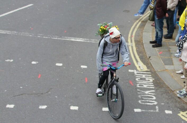 Denne London-syklisten er ikke redd, selv om han sykler på venstre side av veien. (Foto: Colourbox)