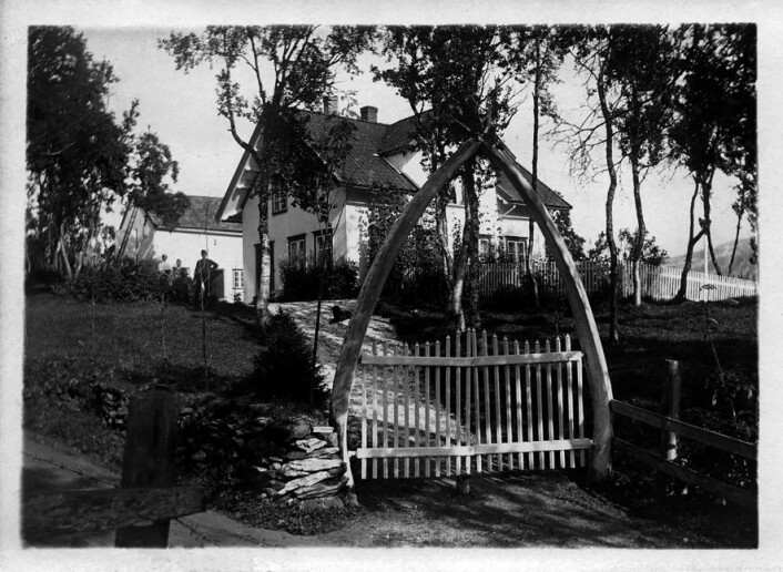 På 1800-tallet fikk hagen til kjøpmann Rasmus Skancke på landstedet Bogaas i Tromsø en portal bestående av hvalkjever, som gjorde at stedet ble kalt «Kvalkjeften» på folkemunne. (Foto: Tromsø Museum – Universitetsmuseet)