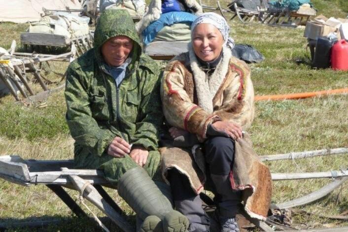 Forsker Zoia Vylka Ravna sammen med Denis Khudi. Han en utdannet veterinær. (Foto: Privat)