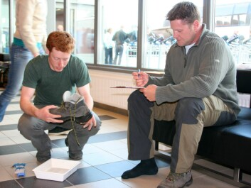 Chris Ware (left) cleaning shoes at Longyearbyen airport in July 2008. (Photo: Eva Therese Jenssen/UNIS)