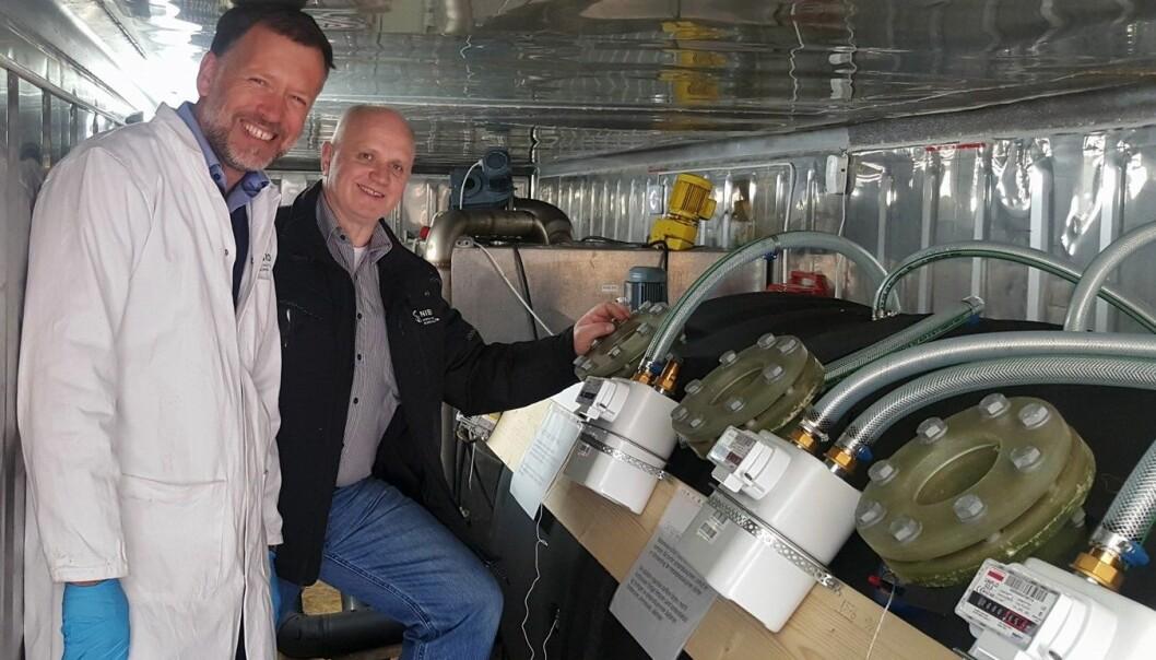 Biogassreaktoren er utvikla av Uno Andersen (til høgre) frå NIBIO gjennom selskapet Antec Biogas. Roald Aasen (til venstre) er forskar ved divisjon for Miljø og naturressursar i NIBIO og leiar uttestinga av reaktoren. (Foto: Siri Elise Dybdal)