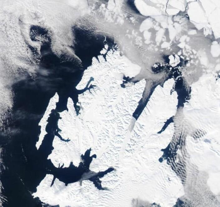Nord-vestre del av Svalbard sett fra NASAs satellitt Aqua 26. april. (Bilde: NASA Aqua MODIS)