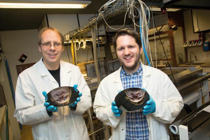 Ola Nilsen og Knut Bjarne Gandrud på Kjemisk institutt har spesialisert seg på å lage supertynne og lynkjappe batterier. (Foto: Yngve Vogt.)