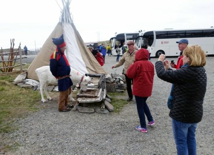 Britt Kramvig forsker også på hvordan samiske objekter blir brukt i reiselivet i Nord-Norge og hvilken turbulens det kan skape. (Foto: Britt Kramvig)