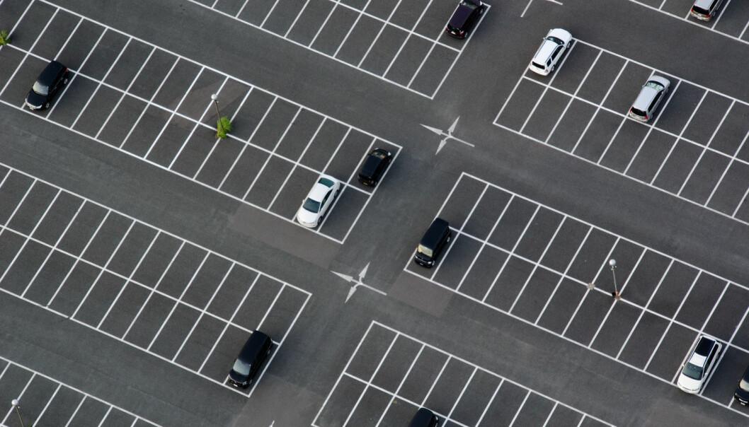 Hvis jeg spør deg om det er like mange parkeringsplasser og biler, så ville du sannsynligvis telle antall bilder og antall parkeringsplasser, for så å sjekke om det var like mange. I praksis er dette en veldig god måte å finne svaret på, men det er ikke den eneste måten. (Foto: Scanpix)