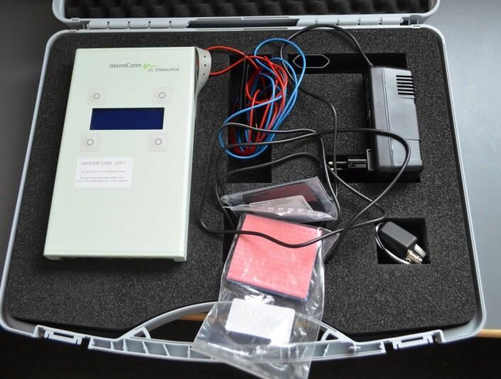 tDCS-utstyret består av apparatet på 9 volt og to elektroder. (Foto: Svein Harald Milde, UiO)