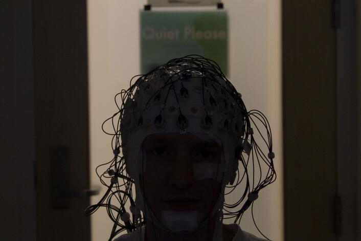 Forskerne brukte flere metoder for å måle aktiviteten i hjernen til de frivillige. Her er en av forsøkspersonene med hodet fullt av elektroder. Til tross for utstyret var det ingen av deltagerne som mente det forstyrret søvnen. (Foto: Michael Cohea/Brown University)