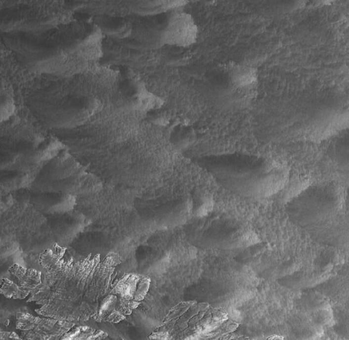 Havoverflaten utenfor Finnmarkskysten på morgenkvisten 13. april, sett fra radarsatellitten Sentinel-1A. (Bilde: Copernicus Sentinel data 2016, prosessert ved KSAT i Tromsø).