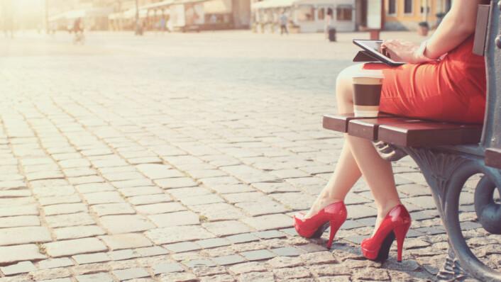 Den klassiske «kvinnen i rødt» er visstnok mer attraktiv for menn. Noen mener denne reaksjonen er ferdigprogrammert hos oss mennesker og andre dyr. (Illustrasjonsfoto: AlexMaster/Shutterstock/NTB scanpix.)