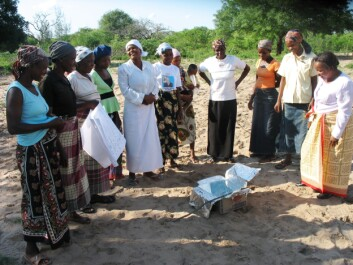 """Gilda Monjane (right) together with women from the village. """"The heat collector consists of three simple materials: a cardboard box, aluminium foil and a sheet of glass on top. The materials are cheap and thereby affordable to the people in the communities. (Photo: Private)"""