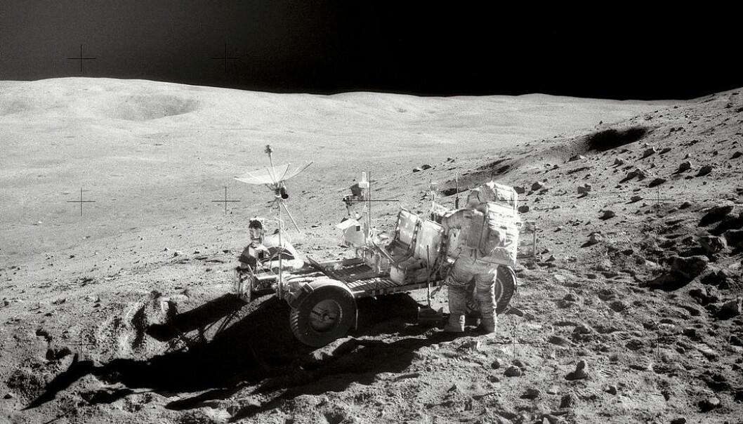 Rester av jern fra eksploderende stjerner i jordas nabolag er oppdaget i steiner samlet av månefarerne på ferdene Apollo 12, 15 og 16 tidlig på 1970-tallet. Her arbeider astronaut John Young ved månebilen under Apollo 16-ekspedisjonen til fjellområdet Descartes 22. april 1972. (Foto: NASA)