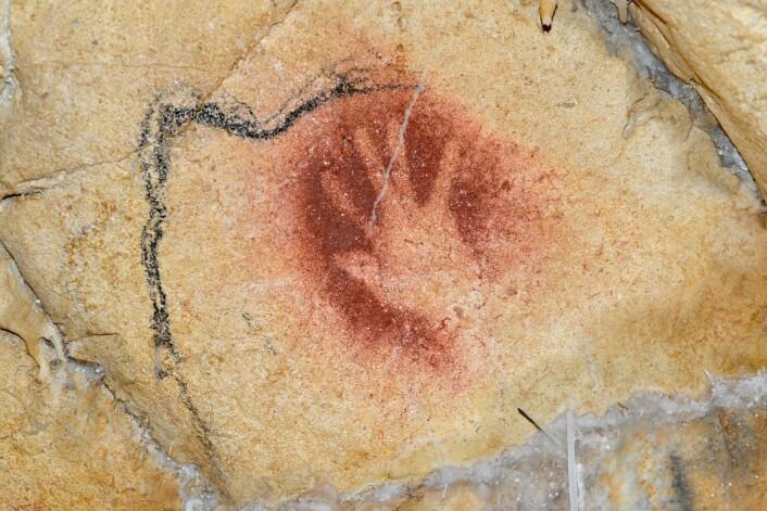 Som i de fleste andre huler med steinalderkunst, finnes det ikke mennesker avbildet på veggene i Chauvet-grotten. Men avtrykk av menneskehender finnes flere steder.