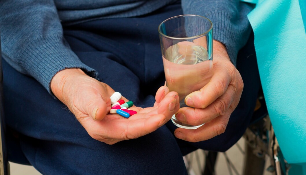 Antipsykotiske medikamenter øker blant annet risikoen for slag når de brukes til å behandle eldre mennesker. Andre bivirkninger kan være at pasientene beveger seg mindre, blir trette, stive i kroppen og spiser mindre. (Illustrasjonsfoto: Colourbox)