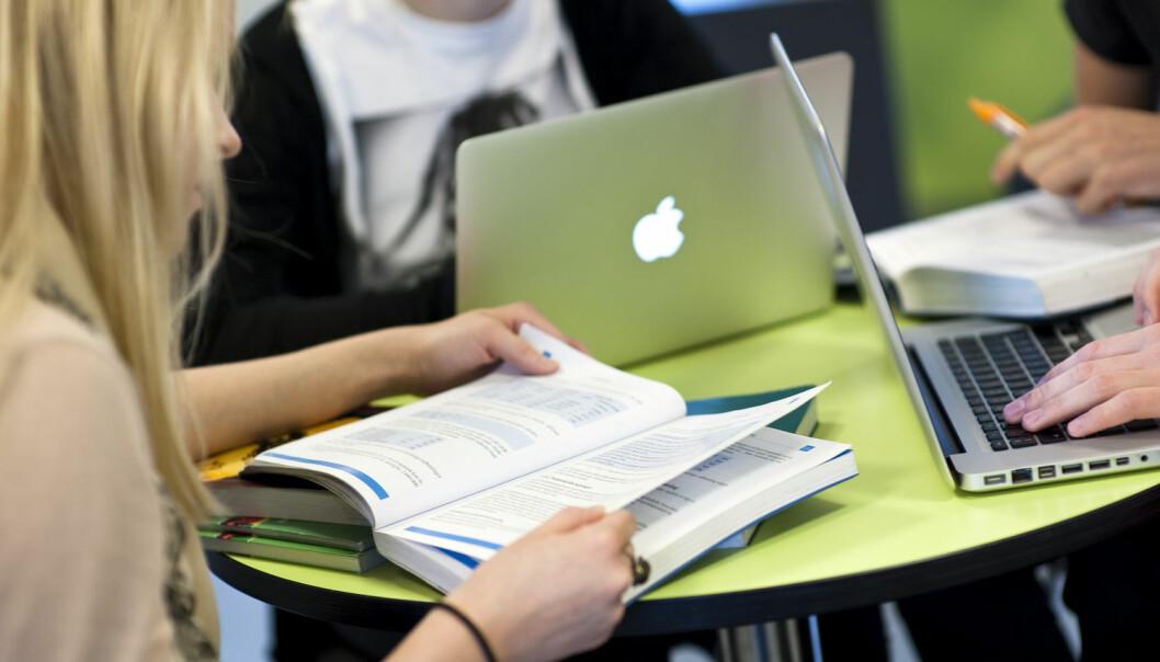 En svensk undersøkelse viser at mange unge er bekymret for egen fremtid. De er redd for ikke å lykkes i livet, samtidig som de føler gruppepress om å se ut på en bestemt måte. De blir også stresset av at sosiale medier stjeler verdifull tid.  (Foto: Scanpix Danmark)