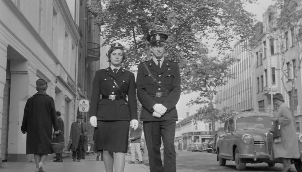 Politipatrulje på Nordre gate i Trondheim, oktober 1962. (Foto: Schrøderarkivet/ Sverresborg Trøndelag Folkemuseum.)
