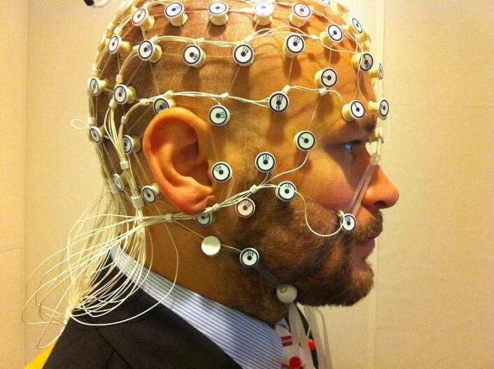 EEG-hjelmen som ble brukt i prosjektet er en forenklet versjon sammenlignet med noen av de mer avansere målerne, som vist på dette bildet. (Foto: Petter Kallioinen/Stockholm Universitet/Wikimedia commons.)