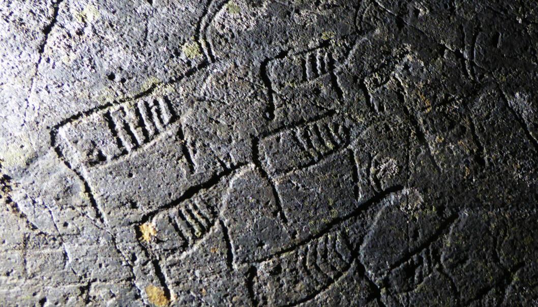 48 helleristninger fra steinalderen røper blant annet en reinflokk. Dyrene går i samme retning - det kan tyde på at noen ville fortelle at det gikk et reintrekk her for rundt 7000 år siden. (Foto: Jan Magne Gjerde, Tromsø Museum – Universitetsmuseet)