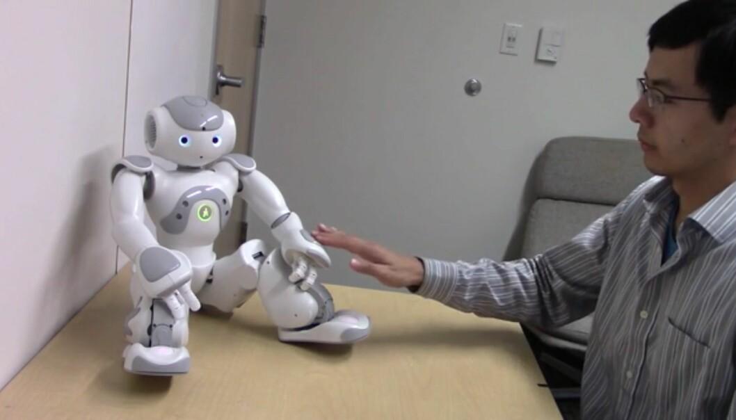 Forsøkspersonene hadde ingen problemer med å ta på hendene eller føttene til roboten, men de nølte og ble mer følelsesmessig aktivert da de måtte ta på intime steder. (Foto: Skjerdump/Jamy Lee)