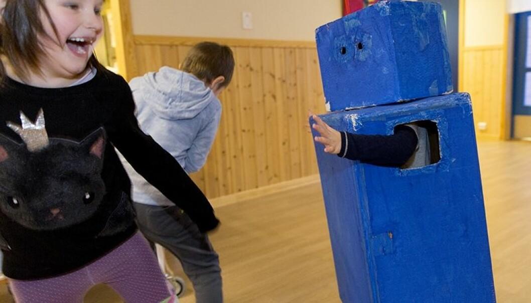 De tospråklige samiske ungene har ikke nødvendigvis et første- og et andrespråk, de lærer seg ikke norsk eller samisk i tillegg til sitt hovedspråk. - De er tospråklige, med to språk som hverdagsspråk, sier språkforsker Carola Kleemann ved UiT Norges arktiske universitet. (Foto: Stig Brøndbo)