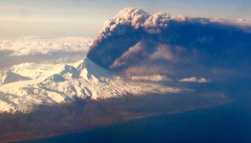 Bildet viser utbruddet på vulkanen Pavlof i Alaska i forrige uke. Rester av svovelutslipp nådde helt frem til Norge i helgen. (Foto: Colt Snapp, AP, NTB scanpix)